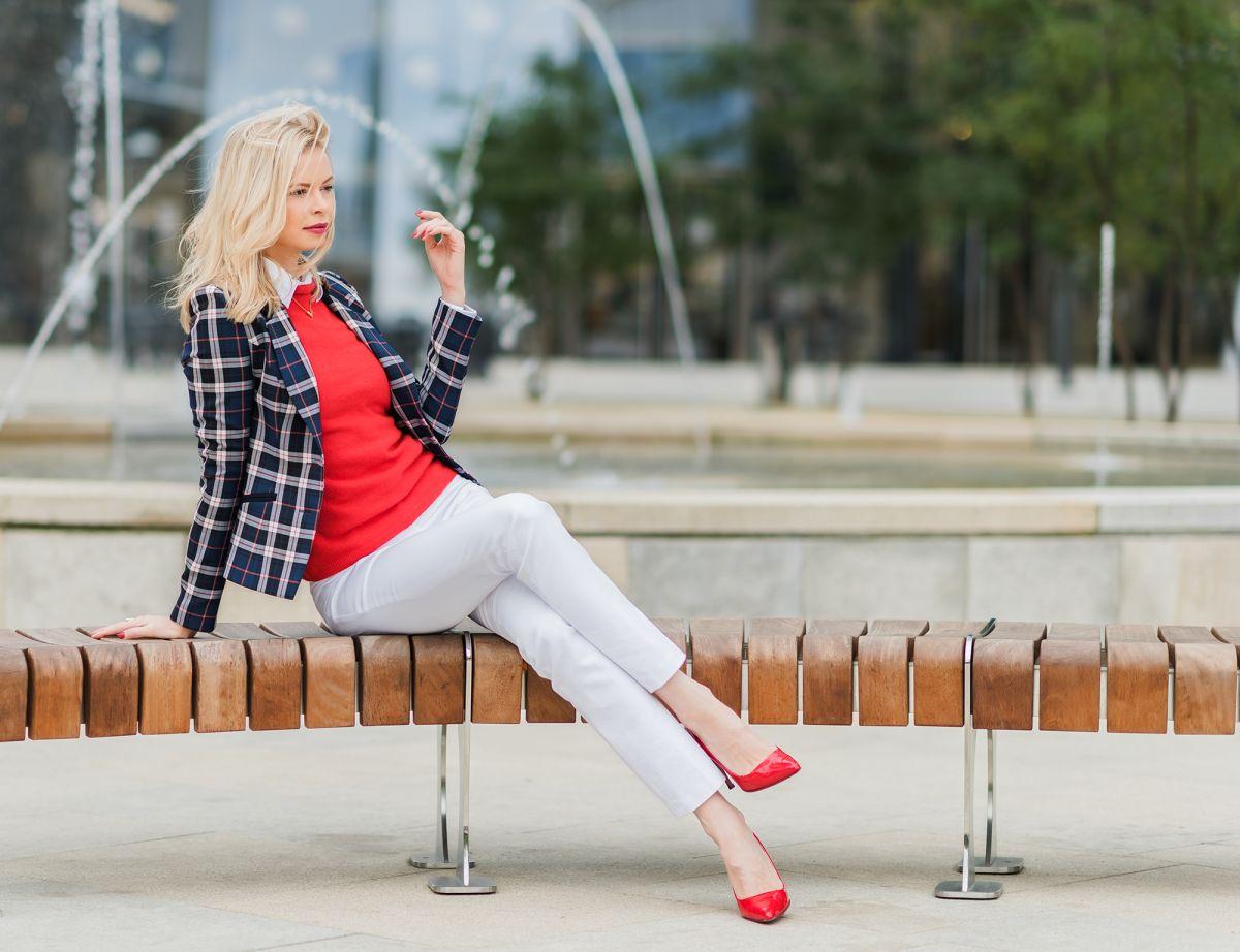 Elegancka stylizacja - czerwony sweter z kaszmiru
